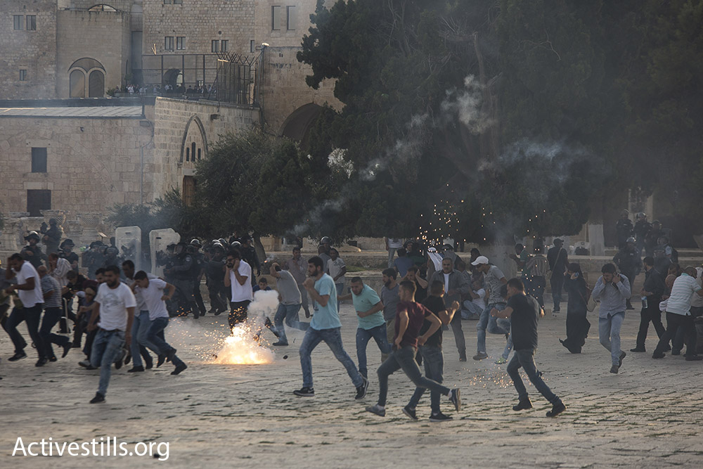 Border Police officers throw stun grenades at Palestinians at the Temple Mount/Haram al-Sharif compound, Jerusalem, July 27, 2017. (Activestills.org)