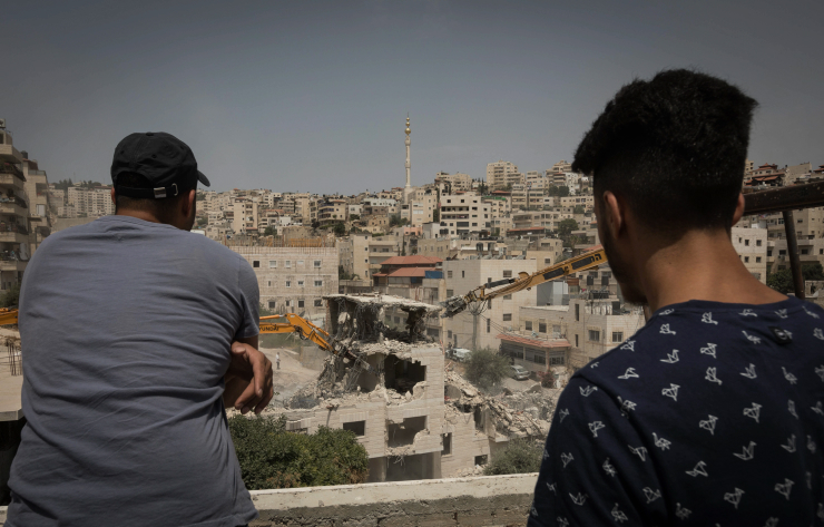 Israeli military bullldozers demolish a Palestinian four-story building in the East Jerusalem neighborhood of Issawiya. July 11, 2017. (Afif H. Amireh/Flash90)