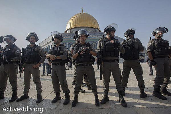 Border Police officers guard the Temple Mount/Haram al-Sharif compound, July 27, 2017. (Activestills.org)