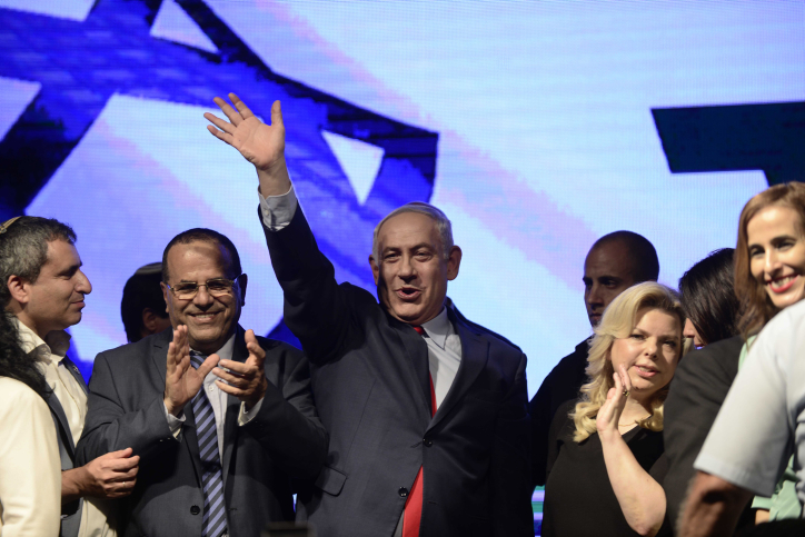 Prime Minister Benjamin Netanyahu with his wife Sara stand alongside Likud party members at a rally in his support, as he and his wife face legal investigations, Tel Aviv, August 9, 2017. (Tomer Neuberg/Flash90)