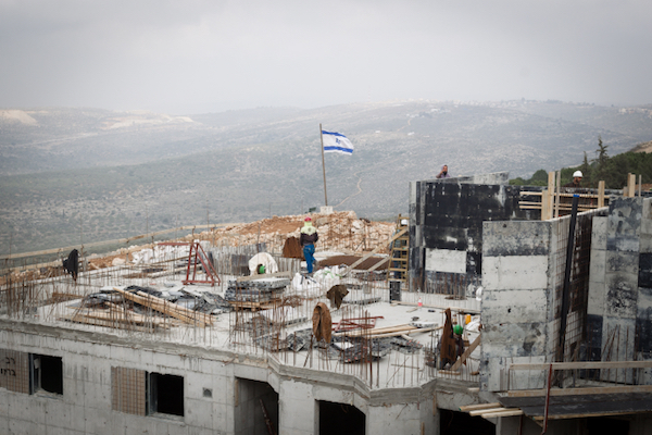 Construction takes place in the West Bank settlement of Ariel, January 25, 2017. (Sebi Berens/Flash90).