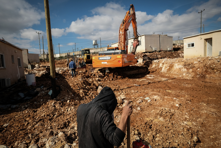 Construction workers clear land for new caravans in the settlement of Ofra, West Bank, January 29, 2017. (Yaniv Nadav/Flash90)