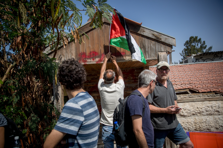 Palestinians and left-wing activists outside the home of Palestinian Shamasneh family after they were evicted from their home in the East Jerusalem neighborhood of Sheikh Jarrah, September 5, 2017. (Yonatan Sindel/Flash90)