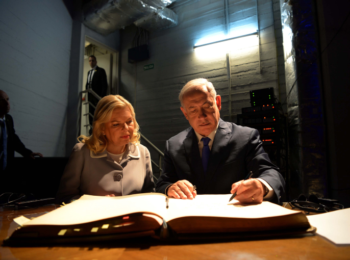 Israeli Prime Minister Benjamin Netanyahu and his wife Sara sign the guest book during a visit to the Israeli embassy in Buenos Aires, Argentina, September 11, 2017. (Avi Ohayon/GPO)