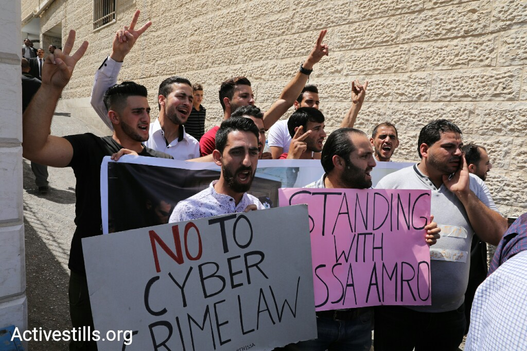 Supporters of Issa Amro outside the Hebron Public Prosecution building in Hebron, awaiting the well-known activist's release after nearly a week in custody for criticizing the PA. Amro has been charged under a new 'Cyber Crime Law,' which has been roundly criticized for limiting free speech. September 10, 2017. (Oren Ziv/Activestills.org)