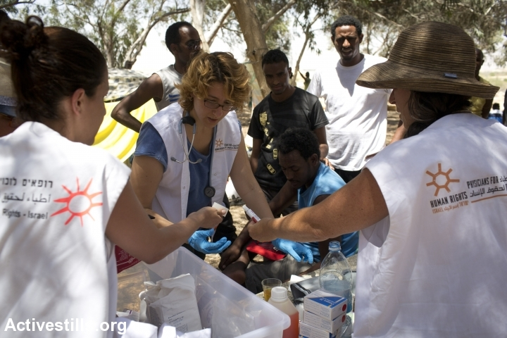 Physicians for Human Rights volunteers provide first aid on the Israel-Egypt border. (Oren Ziv/Activestills.org)
