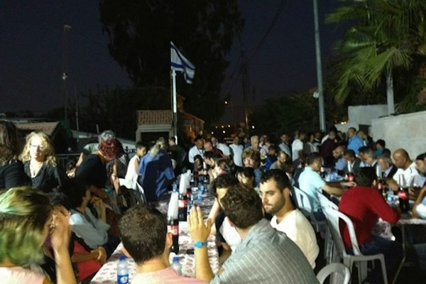 Over 150 Palestinians and Jews mark both the Jewish and Muslim New Years with an interfaith dinner in the East Jerusalem neighborhood of Sheikh Jarrah, September 21, 2017. (Orly Noy)