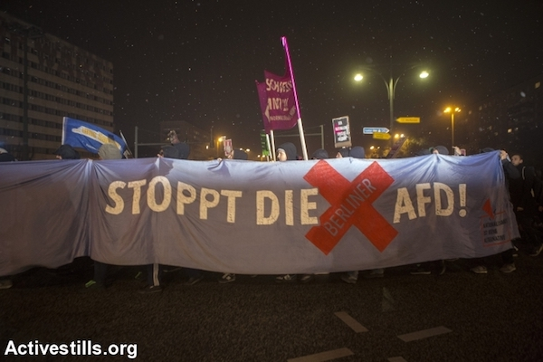 Anti-facist protesters carry banners and shout slogans during a demonstration in Berlin against the far-right racist party AfD, Berlin, September 24, 2017. (Anne Paq/Activestills.org)