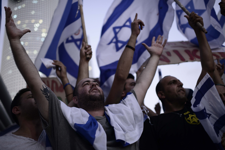 Right-wing activists protest in front of the Kirya military base in Tel Aviv during Operation Protective Edge, July 29, 2014. (Tomer Neuberg/Flash90)