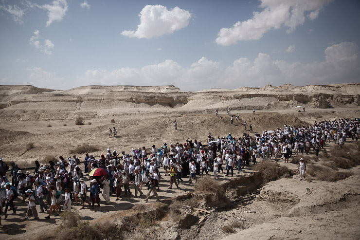 Israeli and Palestinian women from 'Women Wage Peace' march near the Dead Sea in the West Bank to demand that their leaders do more for peace, October 8, 2017. (Flash90)