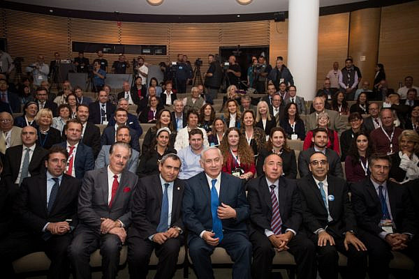 Prime Minister Benjamin Netanyahu poses for a photo with members of the Christian press during an event at the Israel Museum in Jerusalem, October 15, 2017. (Yonatan Sindel/Flash90)