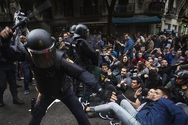 Police officers hitting with batons protesters organized in passive resistance in Barcelona during Catalonia's independence referendum, October 1, 2017. (Robert Bonet/CC BY-SA 3.0 ES)