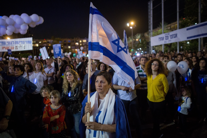 Israelis attend a rally marking 22 years since the assassination of Israeli Prime Minister Yitzhak Rabin, Tel Aviv's Rabin Square, November 4, 2017. (Miriam Alster/Flash90)