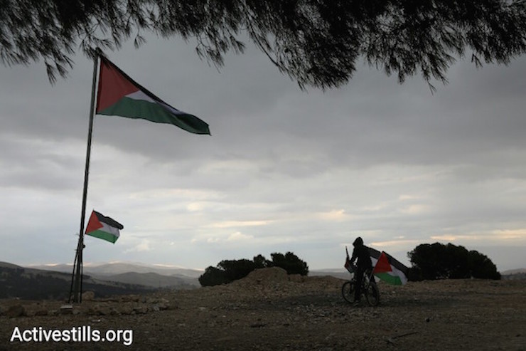A Palestinian flag flies after the protest. Jabal al Baba. (Oren Ziv/Activestills)