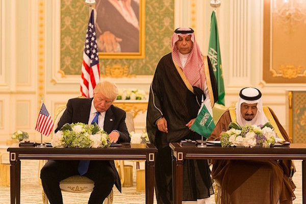 US president Donald Turmp and King Salman sign a joint agreement between the U.S. and Saudi Arabia. Riyadh, May 20, 2017. (Shealah Craighead, the White House)
