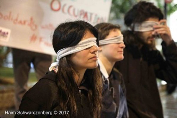 Solidarity vigil outside the Ministry of Defense in protest of the arrest of the women of the Tamimi family. December 24, 2017. (Haim Schwarczenberg)