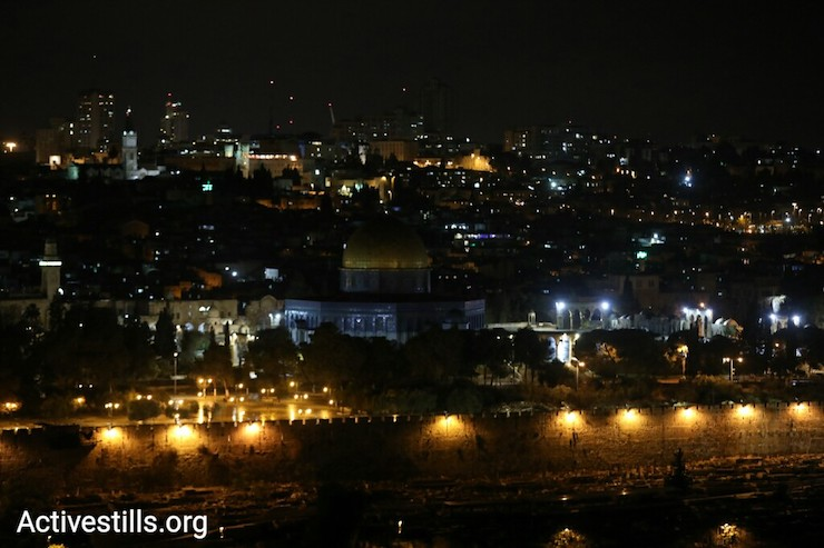 The Waqf, the custodian of Al-Aqsa Mosque turns off lights at the compound in protest of Donald Trump's recognition of the city as Israel's capital, December 6, 2017. (Oren Ziv/Activestills.org)