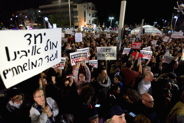 Thousands of Israelis protested against goverment corruption in Tel-Aviv, calling for Prime Minister Netanyahu resignation on December 16, 2017. (Gili Yaari /Flash90)