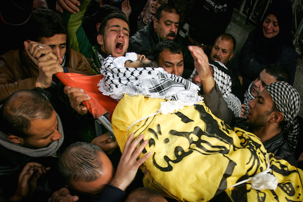 Palestinian mourners carry the body of 30-year-old Mahmoud al-Masri who died yesterday during clashes with Israeli security forces on the Israeli-Gaza border, in Khan Yunis in the southern Gaza Strip, on December 9, 2017. (Abed Rahim Khatib/Flash90)