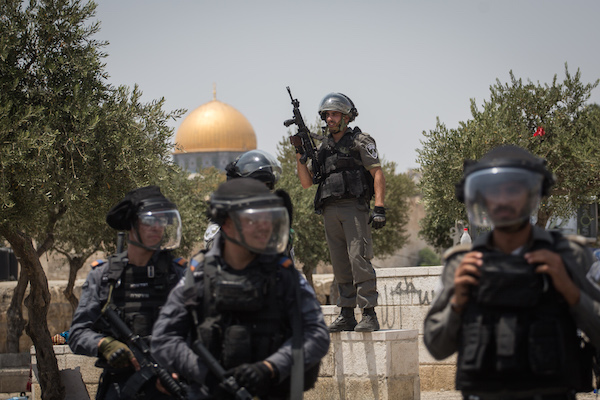 Clashes erupt between Israeli police and Palestinians in the East Jerusalem neighborhood of Ras el Amud, outside Jerusalem's Old City, following Friday prayers on July 21, 2017. (Hadas Parush/FLASH90)