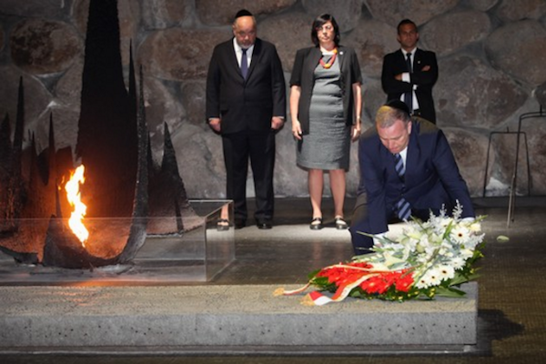 Poland's foreign minister lays a wreath at Yad Vashem, June 14, 2015. (Isaac Harari/Flash90)