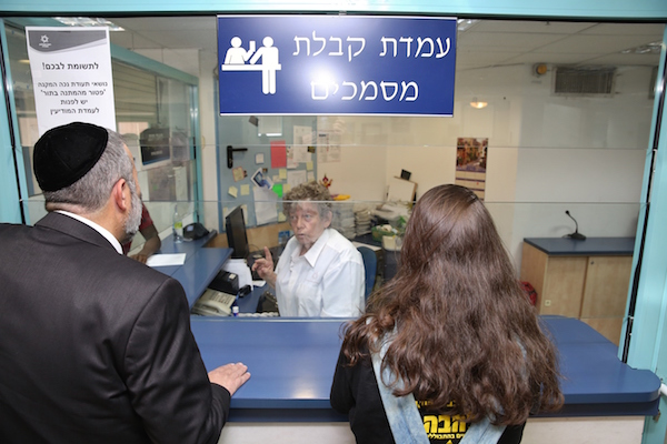 Minister of Interior Affairs Aryeh Deri visits at Interior Ministry office (Misrad Hapnim) in Petah Tikva, July 26, 2016. Photo by Yaakov Cohen/Flash90