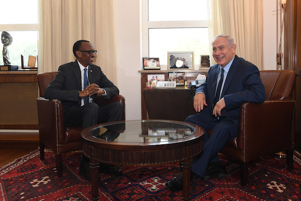 Israeli Prime Minister Benjamin Netanyahu meets with President of Rwanda Paul Kagame, at the Prime Minister's Office in Jerusalem on July 10, 2017. (Kobi Gideon/GPO)