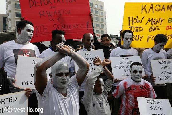 Asylum seekers protest outside the Rwandan embassy. February 7, 2018. (Oren Ziv/Activestills.org)