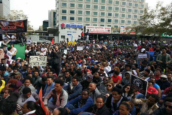 Thousands of asylum seekers protesting outside the Rwandan Embassy in Herzliya. February 7, 2018. (Einat Petchersky)