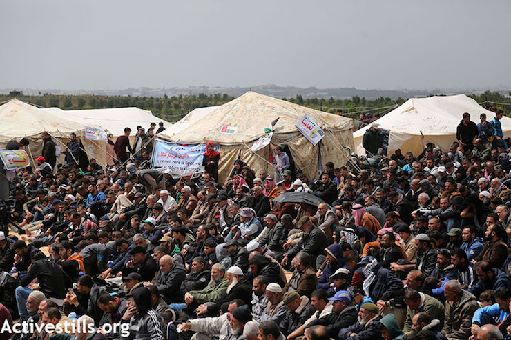 Palestinians rally at tents hundreds of meters from the boarder fence, east of Jabaliya, in Gaza, during the beginning of the Great Return March. March 30, 2018. (Mohammed Zaanoun / Activestills.org)