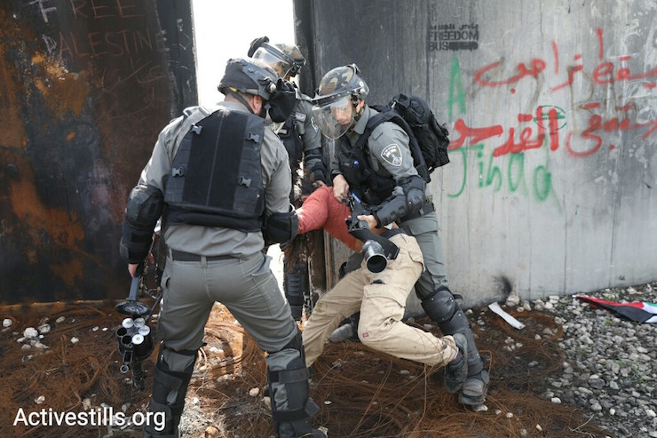 Border police attack a demonstrator in Bil'in. March 2, 2018. (Activestills.org)