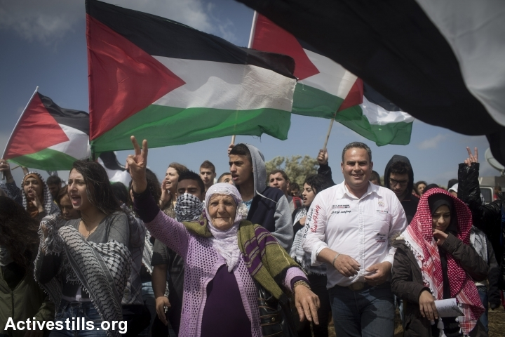 Thousands of Palestinians take part in a Return March in 2015. (Oren Ziv/Activestills.org)