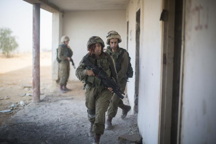 Soldiers of the Bardales Battalion train in urban warfare, near Nitzanim in the Arava area of Southern Israel, on July 13, 2016. (Hadas Parush/Flash90)