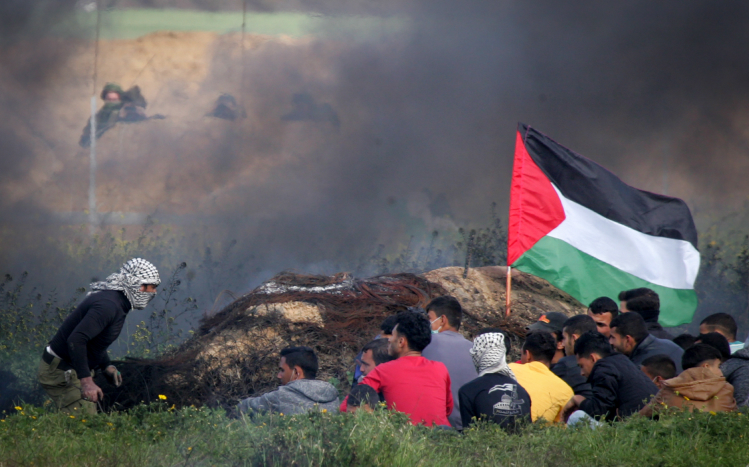 Palestinians demonstrate near Khan Yunis by the border fence between Israel and the southern Gaza Strip, March 9, 2018. (Abed Rahim Khatib/ Flash90)