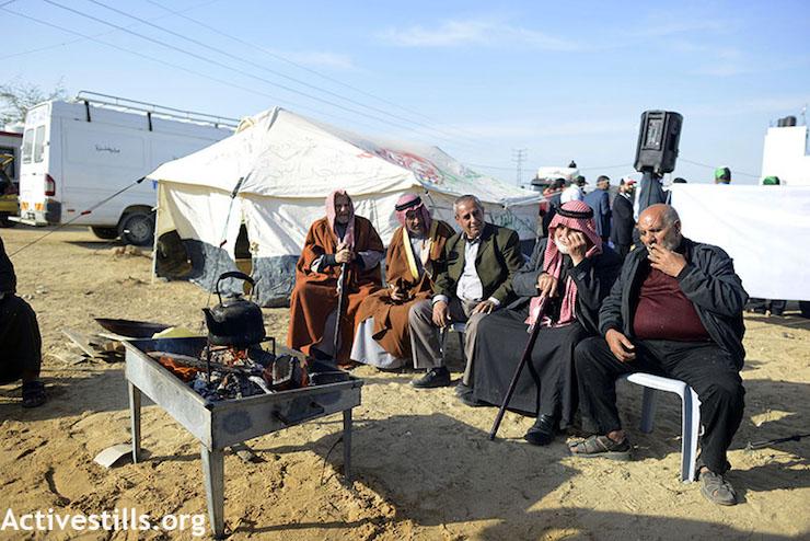 Palestinian men make tea and talk at the Return March camp east of Shajiayia in Gaza. April 11, 2018. (Mohammed Zaanoun / Activestills.org)