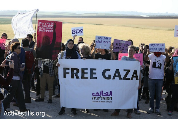 Israelis, members of the Coalition of Women for Peace, demonstrate in solidarity with Gaza. March 31, 2018. (Oren Ziv / Activestills.org)