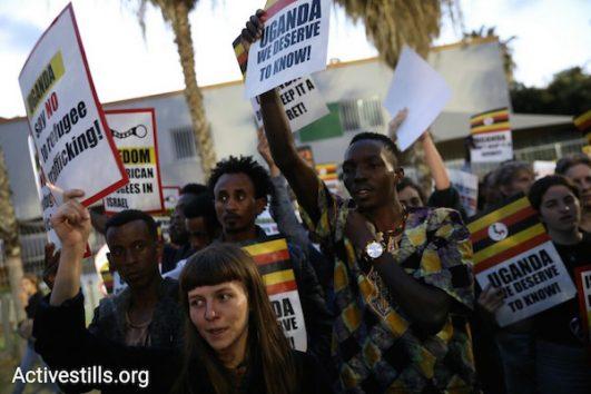 Asylum seekers and Israeli activists protest Israel's plan to deport tens of thousands of asylum seekers to Uganda. April 9, 2018. (Oren Ziv / Activestills.org)