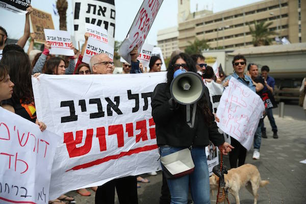 Mizrahi-feminist activist Shula Keshet leads anti-deportation activists and asylum seekers in a chant, protesting the suspension of the agreement with the U.N. April 3, 2018. (Yotam Ronen / Activestills.org)