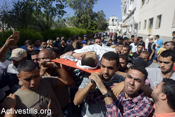 Palestinians hold a funeral for a Palestinian shot dead by Israeli snipers during the 'Great Return March' protest on the Gaza border, May 14, 2018. (Mohammed Zaanoun/Activestills.org)