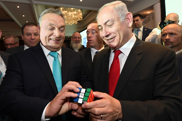 Israeli Prime Minister Benjamin Netanyahu and Hungarian Prime Minister Viktor Orban hold a Rubik's Cube at the Hungary-Israel Business Forum in Budapest, Hungary, July 19, 2017. (Haim Zach/GPO)