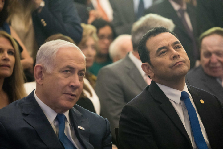 Guatemala President Jimmy Morales and Prime Minister Benjamin Netanyahu seen during a welcome ceremony for the Guatemala embassy at the King David Hotel in Jerusalem, May 16, 2018. (Yonatan Sindel/Flash90)