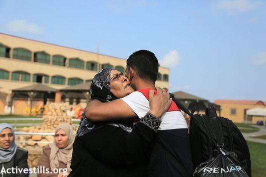 A woman bids farewell to a Gaza freedom boat participant. May 29, 2018. (Mohammed Zaanoun/Activestills.org)
