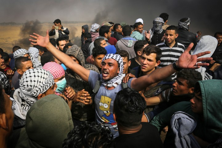 Protesters at the Great Return March in Gaza, April 27, 2018. (Abed Rahim Khatib/Flash90)