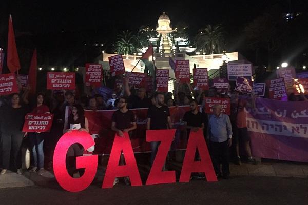 Palestinians and Israelis demonstrate in support of Gaza outside the Bahá'í Gardens, Haifa, May 20, 2018. (Haggai Matar)