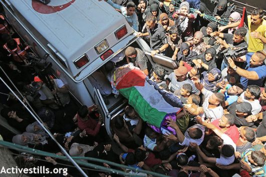 The funeral of Razan al-Najjar. (Mohammed Zaanoun/Activestills.org)