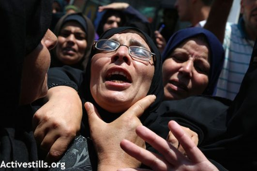 Mourners during the funeral of Razan al-Najjar. (Mohammed Zaanoun/Activestills.org)