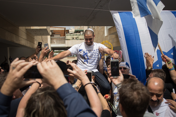 Elor Azaria gets a festive reception upon his release from prison for executing an incapacitated Palestinian suspect in Hebron during his IDF service, Ramla, May 8, 2018. (Hadas Parush/Flash90)