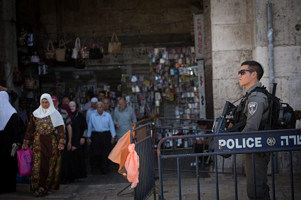 Israeli Border Police officers guard the entrance to Damascus Gate in Jerusalem's Old City, September 21, 2016. (Yonatan Sindel/Flash90)