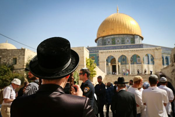 Israeli Jews visit the Temple Mount compound, site of the Al Aqsa Mosque and the Dome of the Rock in Jerusalem Old City, during the Jewish holiday of Sukkot, October 8, 2017. (Yaakov Lederman/Flash90)