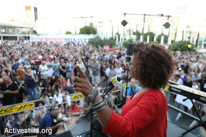 Maria Miguel De Pina, an Arabic teacher from Nazareth, gives a basic Arabic lesson to thousands of Israelis in Habima Square, Tel Aviv, July 30, 2018. (Oren Ziv/Activestills.org)